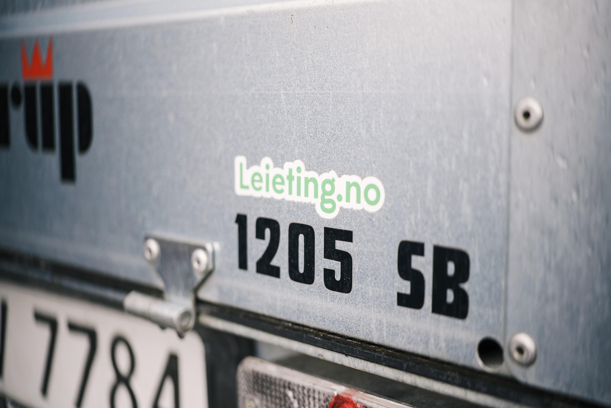 Leieting-klistremerket er på plass på tilhengeren til Hege